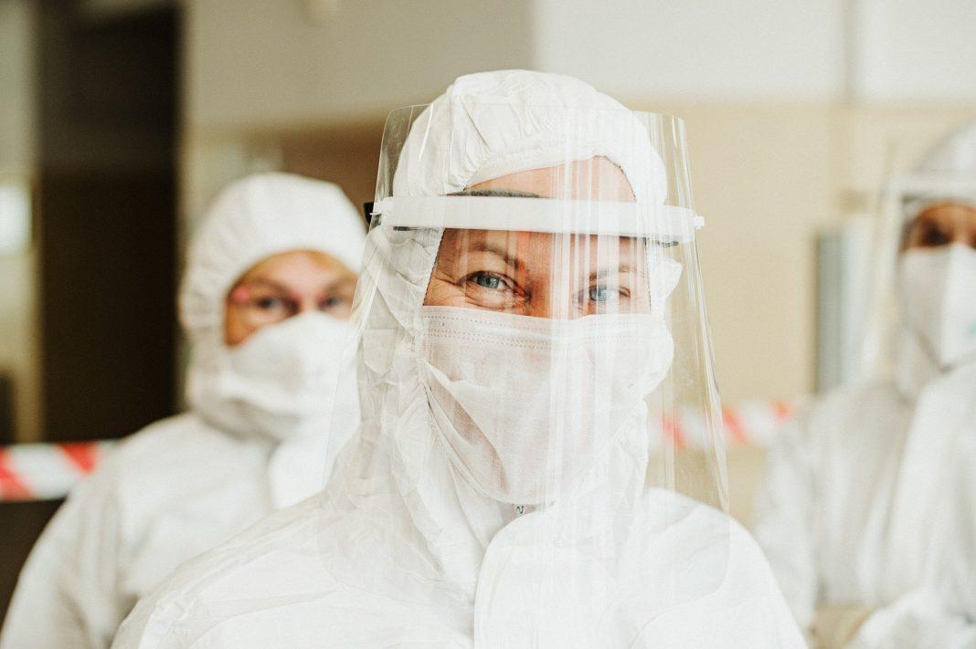 Des travailleurs en santé dans une tenue de protection
